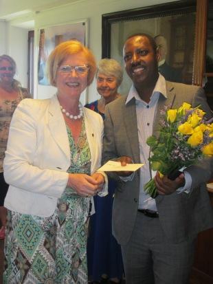 Claudien Tuyisabe får pris från landshövdingen