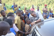 Claudien Tuyisabe med ett nytt fadderbarn i Butare
